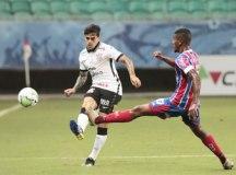 Corinthians volta a jogar mal e perde do Bahia na Fonte Nova
