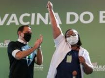 primeira pessoa vacinada fora dos estudos clínicos foi Mônica Calazans, de 54 anos, enfermeira, negra e moradora da zona leste da capital. Foto: Governo do Estado de SP
