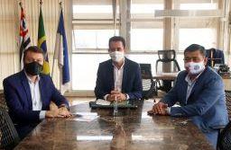 Prefeito Paulo Serra recebeu presidente do consórcio da região do Alto Tietê e prefeito de Suzano, Rodrigo Ashiuchi. Foto: Divulgação/Consórcio ABC