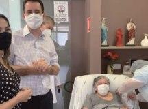 Ana Carolina e Serra acompanharam aplicação da dose em Maria do Carmo. Foto: Reprodução Facebook