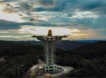 A obra terá 43 metros de altura, incluindo o pedestal. Foto: Reprodução Facebook/Associação Amigos do Cristo Encantado