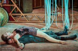 """No espetáculo """"Balbúrdia"""" a Cia. Artinerant's usa a arte circense para apresentar as relações de um casal que inventa e reinventa suas narrativas, testando diferentes formas para se manter unido. foto: Divulgação/Paulo Barbado."""