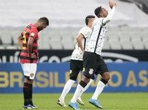 Com gol de Jô, Corinthians vence a 1ª sob comando de Sylvinho em Itaquera