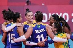 Seleção feminina de vôlei oscila, mas bate forte Sérvia e lidera grupo em Tóquio