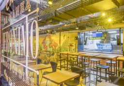 O projeto da arquiteta Kethlen Ribas Durski chama a atenção pelo ambiente descolado, material tecnológico, mobiliário jovem e grafite-arte, super-urbano do artista Gustas. Foto: Divulgação/Gerson Lima