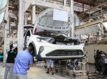 Por falta de chips, montadoras deixam de produzir 120 mil veículos no 1º semestre