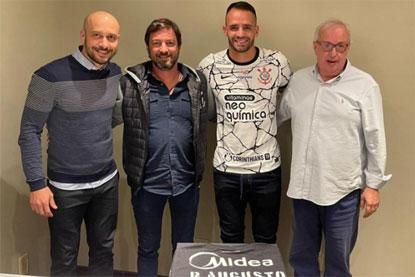Corinthians anuncia a contratação do meia Renato Augusto por 30 meses