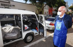 Metalúrgicos do ABC entregam Kombi a padre Julio Lancellotti