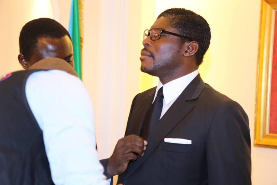 """El Ministro de Información Prensa y Radio """"retocando"""" la corbata de Nguema Obiang. La servidumbre."""