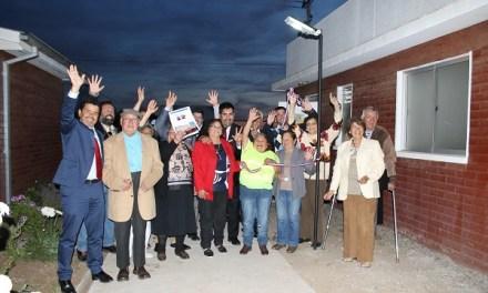 Adultos mayores de San Antonio se destacan por proyecto de luminarias fotovoltaicas para sus viviendas