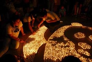 Voluntarios encienden velas formando el logo del panda durante La Hora del Planeta 2010 en Cancún, México © WWF / Fabián Caballero