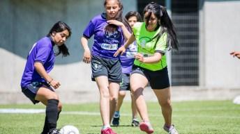 """El fútbol integra a las mujeres: """"Las niñas nos hemos movilizado del barrio a la cancha"""":"""