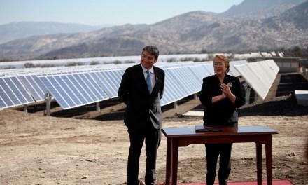 Presidenta Michelle Bachelet y Ministro del Medio Ambiente Marcelo Mena firman promulgación de Acuerdo Climático de París