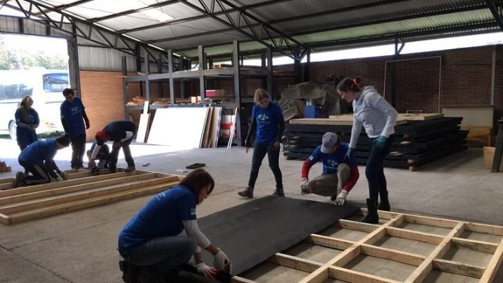 Voluntarios de P&G se suman al trabajo de reconstrucción de viviendas afectadas por los incendios forestales