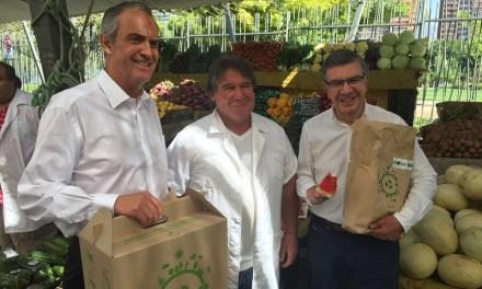 CMPC y alcalde Lavín entregan envases de papel y cartón como alternativa a bolsas plásticas
