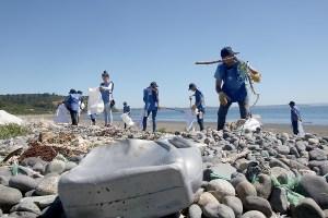 Limpiar la ribera del río Mapocho es el nuevo desafío de Voluntarios Por El Océano de Cerveza Corona
