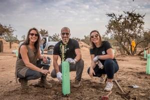 CEO de UBER, Dara Khosrowshahi, planta árboles nativos junto a Fundación Reforestemos durante su visita a Santiago