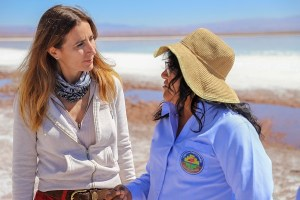 Ministra Schmidt visita laguna Tebenquiche y se reúne con comunidades atacameñas