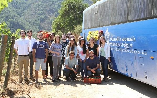 INDURA entrega beca a estudiantes de enología de laPontificia Universidad Católica
