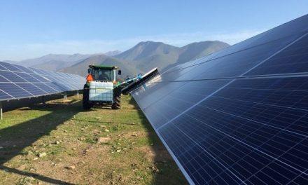 Traen a Chile sistema de mantención de paneles solares que permite ahorrar agua y no utiliza químicos