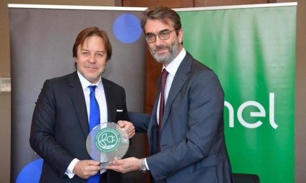 ENEL Distribución entrega sello verde a Turner Chile, que certifica que las instalaciones de la estación televisiva operan en base a energías renovables