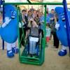 Vecinos de Villa Alemana instalan columpio inclusivo gracias al aporte de Esval