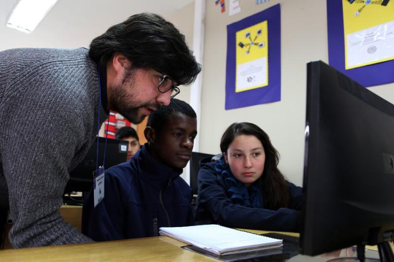 ONG Innovacien capacitará a 100 profesoras de forma gratuita en tecnología e innovación en el aula.