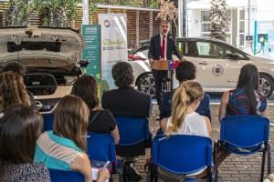 Junaeb presenta primera flota de autos eléctricos de un servicio estatal