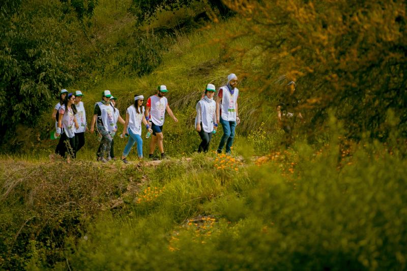"""""""Colaboradores de Falabella participando en el voluntariado 'Compromiso HuellaChile' que organizó el Ministerio del Medio Ambiente Chile, y que convocó a todas las organizaciones que cuantificaron sus Gases de Efecto Invernadero""""."""