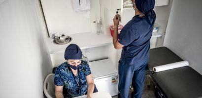 Ida y vuelta entre Chile y Japón: Esa distancia recorrieron las Clínicas Móviles de CMPC y Desafío Levantemos Chile entregando servicios de salud a domicilio
