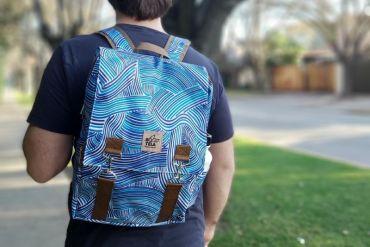 Botela: con botellas de plástico PET confeccionan ropa y mochilas