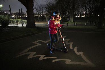 """Ford diseña novedoso chaleco navideño """"Safe Distance"""" que ilumina el suelo proyectando una zona segura de 1,5 metros de distancia con forma de árbol de navidad"""