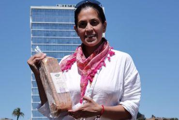 Emprendedora innova con pan morado a base de colorante natural de zanahoria