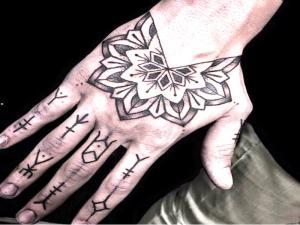 tatuaje-en-la-mano-para-hombres-1