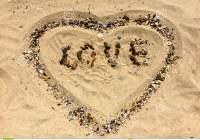 figuras-del-amor-y-del-corazón-en-una-arena-90417847