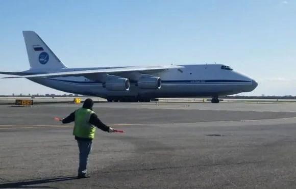 VIDEO: Un avión ruso con ayuda médica para combatir el coronavirus aterriza en Nueva York