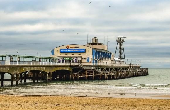 Una ciudad costera de Inglaterra denuncia la llegada de multitudes a sus playas