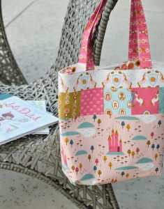 Reversible Tote Bag Tutorial featured by top US quilting blog Diary of a Quilter
