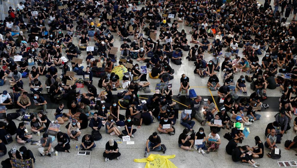 Hong Kong: mobilisation à l'aéroport, un week-end sous tension en perspective