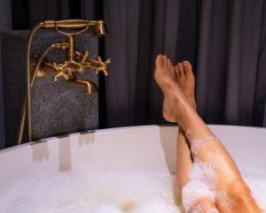 Por que as banheiras geralmente são mais curtas que a altura de uma pessoa?