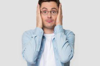 Que som é ouvido quando você coloca a palma da mão sobre a orelha?
