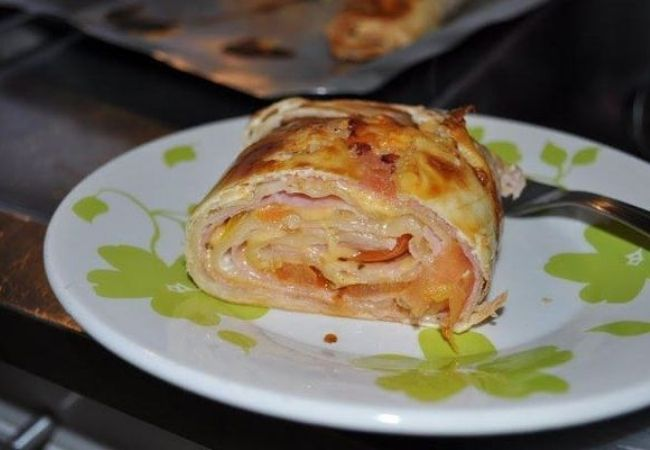 rocambole com massa de pastel recheio de queijo e presunto