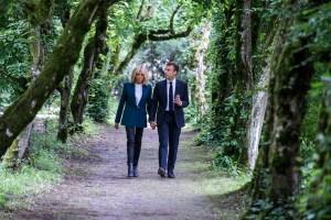 Emmanuel et brigitte Macron en marche