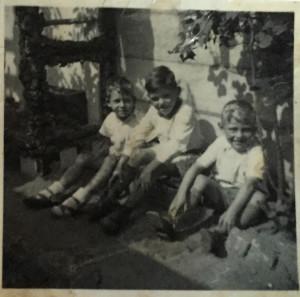 Drei Jungs zwischen sechs und acht Jahren - Schwarzweißfoto