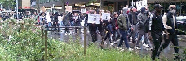 Der Demonstrationszur zieht sich vom Rotebühlplatz bis zur Bolzstraße