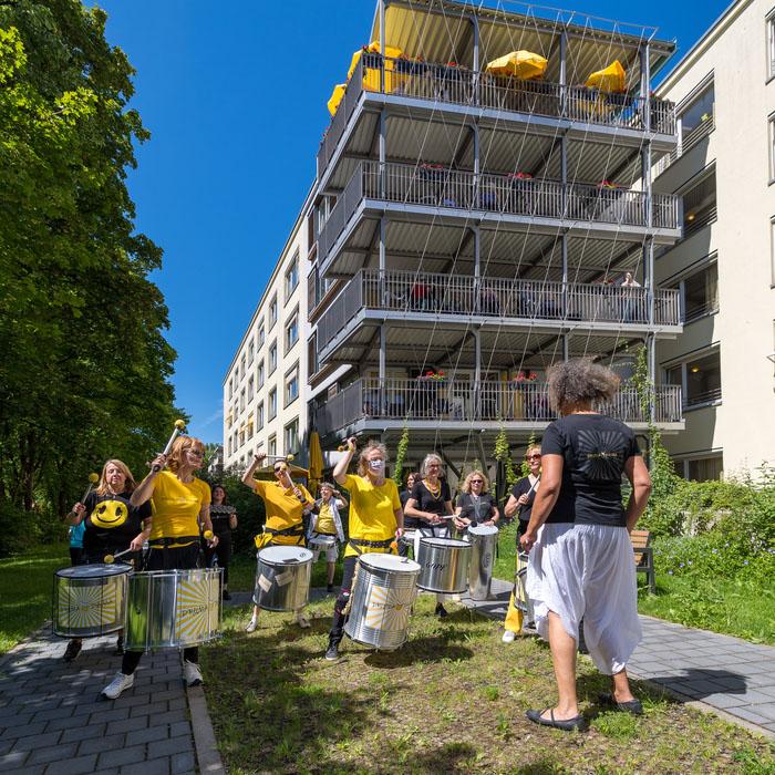 Sambaband Drumadama spielt im Corona Kulturprgramm für Münchner Altenheime