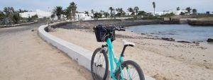 Una bicicleta verde en un pintoresco pueblo de La graciosa