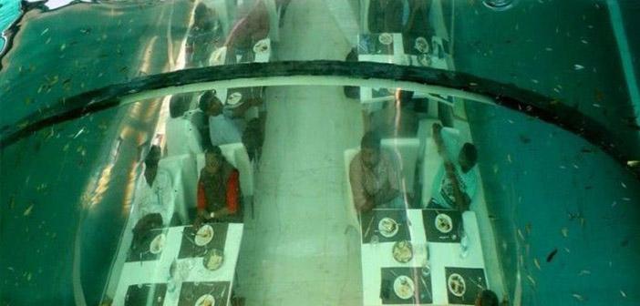 Poséidon restaurant à manger disponible 32 endroits sur 20 mètres au-dessous du niveau du sol et a été entouré d'un aquarium 160.000 litres