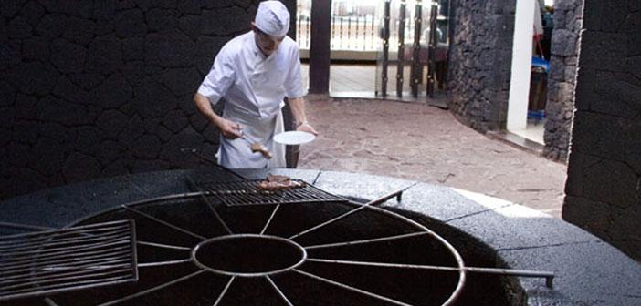 Sur l'île canarienne de Lanzarote est le restaurant El Diablo, une grille qui utilise la chaleur qui vient des profondeurs de Timanfaya,