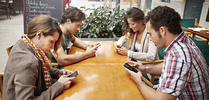 Eight out of ten people are outstanding mobile while eating and 60% these leaves the phone on the table while 'enjoying' a meal, usually with the sound activated.